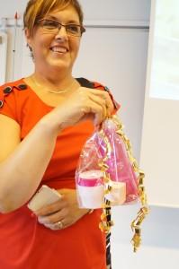 Inger håller i rosa bandet paket