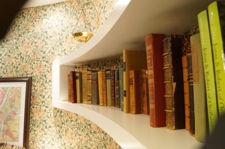 Svängd bokhylla