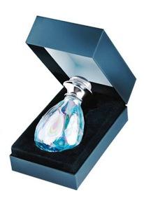 Parfymflaskan liknar en safir