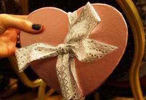 Hjärtformad ask med silverrosett