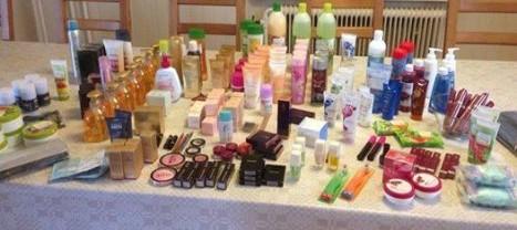 Ett bord fullt av produkter från Oriflame till fotbollslaget