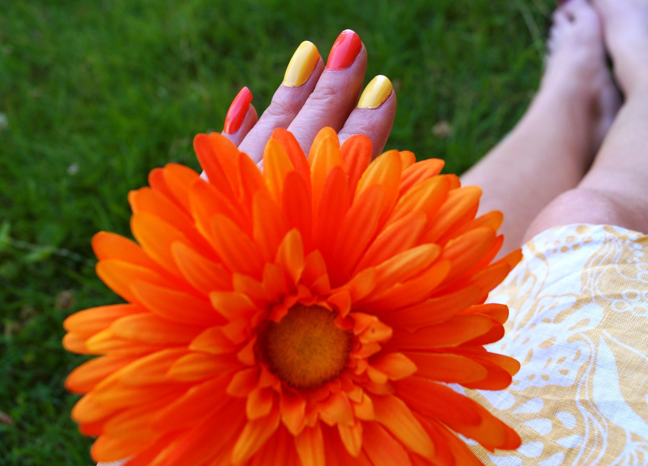 Sommarnaglar och blomma Foto: Vackert Nu