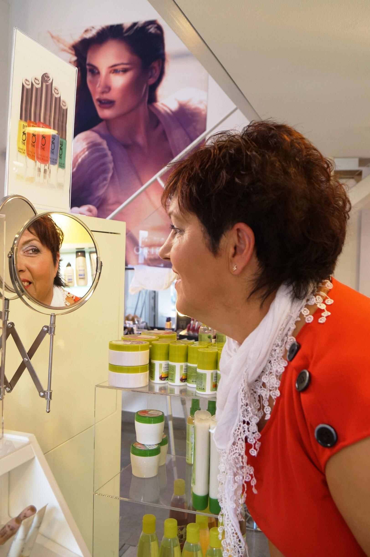 Inger Bjelke kollar sig i spegeln