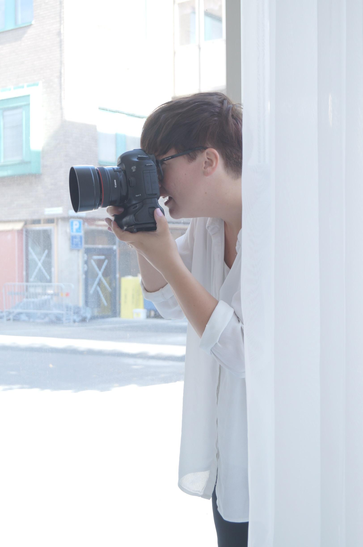 Sara fotograferar